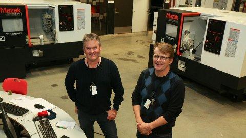 STOLTE: Faglærar Kjetil Sel (t.v) og avdelingsleiar for teknikk og industriell produksjon (TIP) på Bryne vgs er stolte av og takksame for milliongåva dei har fått frå medlemsbedriftene i Opplæringskontoret for industrifag i Rogaland (OFIR).