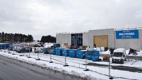Tomta til venstre for Biltema er siste rest av området som i si tid skulle bli ny stadion på Bryne. Nå vil grunneigarane bygga butikk her, men møter motstand.