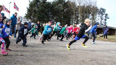 Barneløpet: Noen av ungene holdt seg for ørene da startskuddet gikk av, etter det var det klampen i bånn for alle sammen.