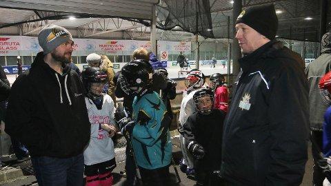 Nestleiar Ole Martin Sande (til venstre) og leiar André Jekteberg i Klepp Ishockeyklubb er lei seg for at det snart er slutt på isen på Kleppe.