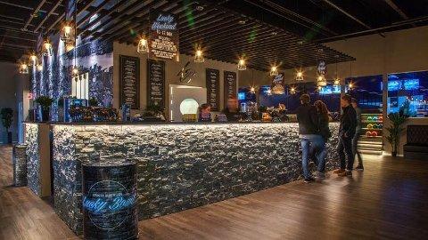 Lucky Bowl på Bryne får ikke alminnelig skjenkebevilling. Det betyr at de kun får servere alkohol på fredag og lørdag fra klokken 21.00 til 01.30. NB! Bildet er fra et av de andre lokalene til Lucky Bowl-kjeden.