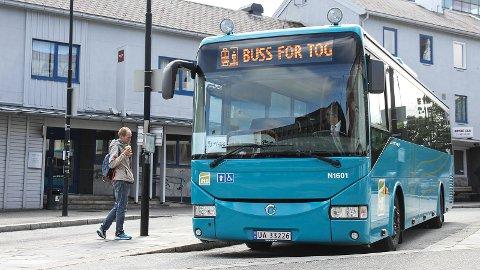 I åtte år på rad har folk måttet ta bussen fordi toglinjene har vært stengt. Dette bildet er tatt sommeren 2017.