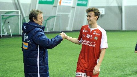 Viking-trener Bjarne Berntsen takker nevø Adrian Berntsen for kampen.