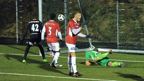 Paul Addo (f.v.), Andreas Ueland og Igor Spiridonov kan konstatere at EIK har gått opp i en 2-0-ledelse. Det stod 2-1 til pause. Omar Fonstad El Ghaouti scoret Brynes mål.