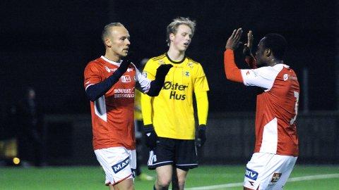Omar Fonstad El Gahouti (t.v.) gratuleres av Paul Addo etter 1-0-scoringen.
