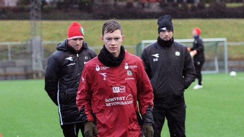 Pål Fjelde er midtstopper for Bryne i ettermiddagens treningskamp mot Viking i Randaberg Arena. Bak Fjelde står trenerduoen Even Sel (t.v.) og Ole Hjelmhaug.