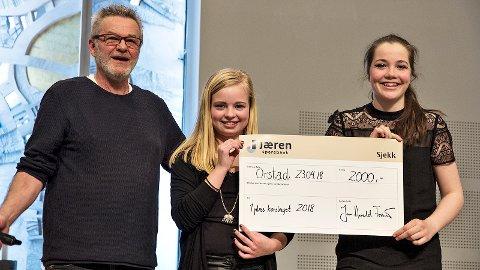 Malene Frøyland og Anna Rosland fekk ta imot sigerssjekken frå programleiar Jan Bekkum.