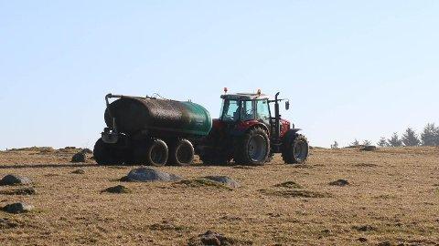 VÅRTEIKN: Traktor med gjødselvogn er eit sikkert vårteikn på Jæren. Bildet er frå våren 2016.