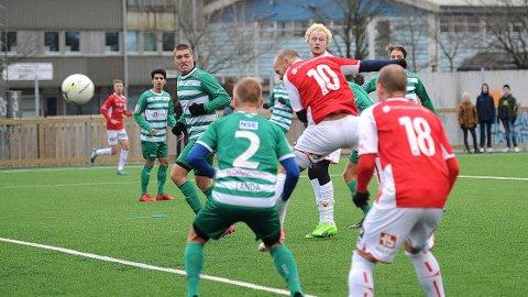 Omar Fonstad El Ghaouti header inn årets første Bryne-mål, og åpner sin egen scoringskonto.Bak følger Erik Rosland nøye med, det samme gjør Mads Bøgild (nr. 18).
