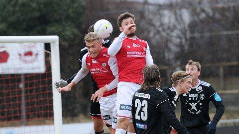 Andreas Ueland (t.v.) og Rogvi Baldvinsson er framme på en resultatløs corner.