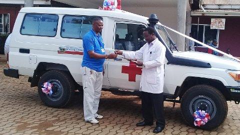 Sjukehussjef Emanuell Nuwass (t.h.) overleverer den nye ambulansen til ambulansesjef Micael Djakson.