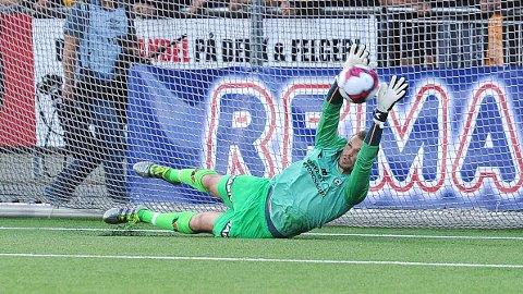 Igor Spiridonov reddet de to første straffesparkene i straffesparkkonkuuransen på Jessheim stadion. Her er den første redningen.