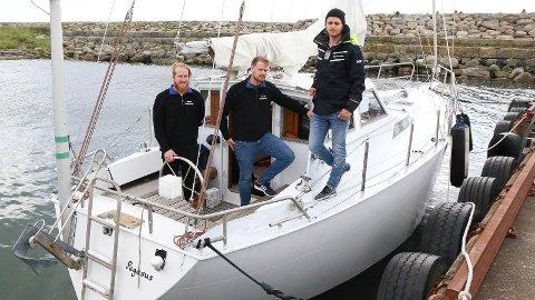 KLARE: Morten Nærland (t.v) Trygve Holta og Sondre Lode er klare for årets segleeventyr. Gaute Torland Mjåtveit skal også vera med på turen.