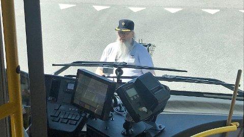 Ole Røstad nekta å akseptera at bussjåføren ikkje ville ta han med frå Kleppe til Bryne. Dermed stilte han seg midt i vegen og blokkerte utkøyringa frå haldeplassen.