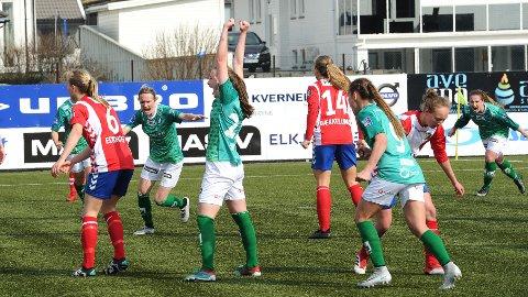 Elisabeth Terland jubler etter sin 2-2-scoring. Gry Tofte Ims (f.v.), Hanne Kogstad og Hege Hansen stormer til for å gratulere.