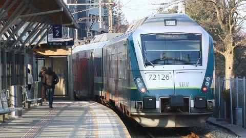 Det vil bli innstilte tog og forsinkelser tirsdag, opplyser NSB.
