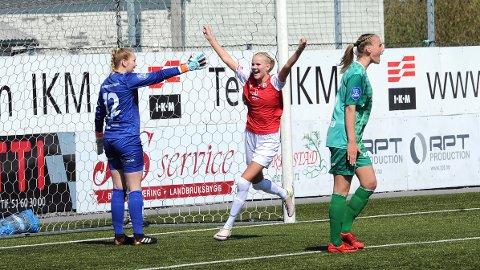 Karen Aarrestad Nesse jubler etter sin 0-1-scoring, mens Kristin Rage (t.v.) og Ina Kristoffersen er sånn passe irriterte.