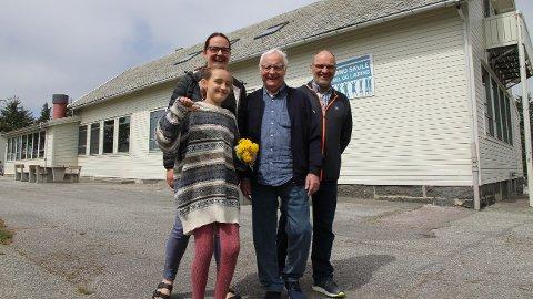 Lena Kvitvær (frå venstre), Konrad A. Kvitvær og Bent Jarle Kvitvær er tidlegare elevar ved Høyland skule. Åse Kvitvær Stokkeland (foran) er den fjerde generasjonen i familien som går på skulen.
