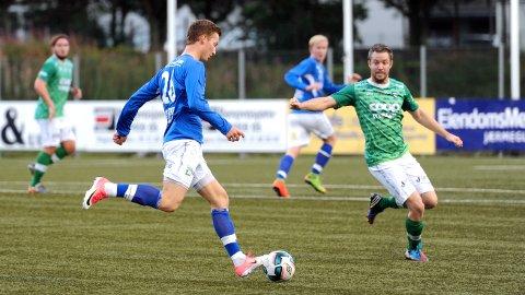 Volls Anders Haugen (t.v.) mot Klepps Runar Andersen da lagene møttes i fjor. I år er de dessverre i hver sin avdeling i 4. divisjon. I bakgrunnen Joachim Moen (t.v.) og Georg Strømstad.