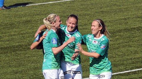 Gry Tofte Ims (f.v.), Hanne Kogstad og Kirsty Yallop feirer førstnevntes 2-0-scoring.