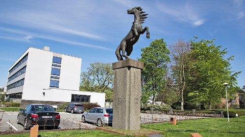 Monumentet «Hesten» har stått ved Time rådhus sidan mai 1968.