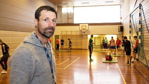 Hallmangelen er prekær for Bryne vidaregåande skule, og avdelingsleiar Klaus Beschel meiner Rogaland fylkeskommune eventuelt må vurdera å flytta idrettslinja om det ikkje kjem på plass fleire fleirbrukshallar med det første.