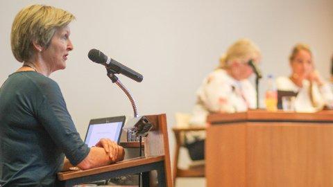 Marianne Øvregaard (Sp) tok frå kommunestyret sin talarstol til orde for å få spesialpedagogane nærare elevane. I bakgrunnen skimtar me rådmann Torild Lende Fjermestad og ordførar Ane Mari Braut Nese.