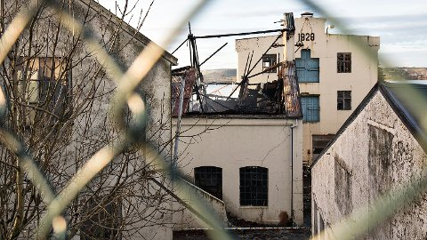 Det historiske fabrikkbygget ble totalskadd etter brannen i november. Nå ønsker Kverneland Group å rive bygningen.