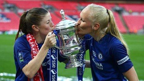 Maria Thorisdottir (t.h.) ble tirsdag seriemester med Chelseas Ladies. Dette er bildet er fra feiringen av cupgullet på Wembley sist helg, sammen med lagvenninne Maren Mjelde.