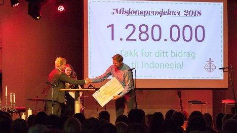 Tidlegare Indonesia-misjonær Magne Vatland tok i mot sjekken frå prosjektansvarleg Marie Gudmestad og nestleiaren i elevrådet, Henrik Åreskjold.