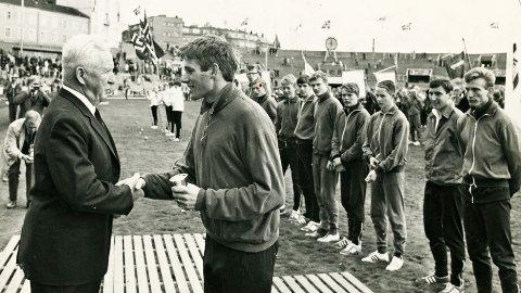 Lagkaptein Jan Inge Buene tek imot sigerspokalen inne på Bislett stadion.