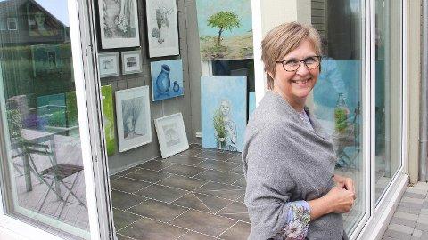 Kjellaug Thingbø har fylt vinterhagen, atelieret og drivhuset med kunst, som ho viser fram til alle.