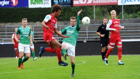 Hjemmelagets Kalle Skrettingland Roba (t.v.) i duell med Klepps Ingebreth Mossige. Helt til venstre følger Ådne Berge med, til høyre Jonatan Braut Brunes.