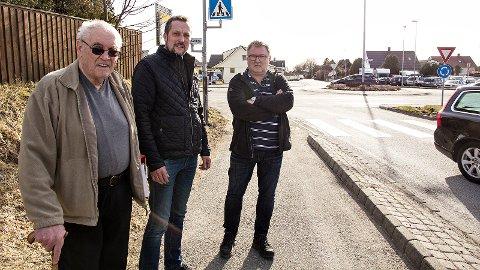 Reidar B. Thu (t.v.), Einar Erga og Gaute Stokka lurer på om Statens vegvesen ikke har fått med seg at det faktisk bor folk på Tu.
