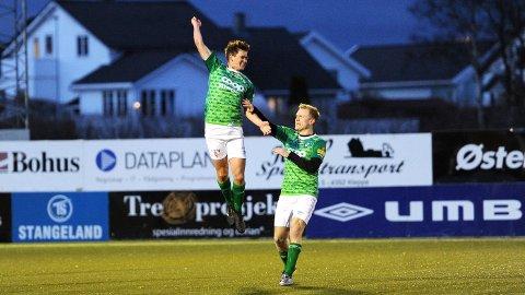Jarle Madland feirer 2-1-scoringen på skikkelig vis, sammen med Vetle Johnsen Salte.