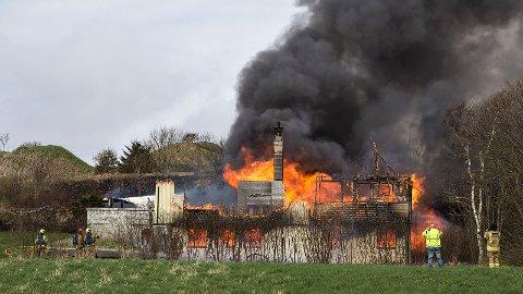 Det var aldri fare for at brannen skulle spre seg til andre bygninger, men brannvesenet innså kjapt at bolighuset ikke kunne reddes.