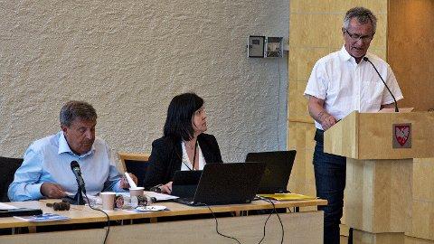 Thor Inge Kalberg (Frp) vil slå eit slag for tenåringar som trivst betre med praktisk arbeid enn teoretisk undervisning. Han håper ei yrkesretta linje på ungdomsskulen kan redusera skulefråfall og gi auka meistringskjensle for ungdommane. På bildet ser me òg ordførar Reinert Kverneland (t.v.) og formannskapssekretær Tone Storesætre.