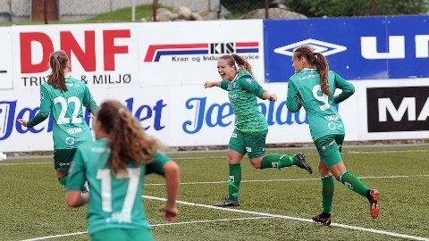Hege Hansen (nummer to fra høyre) jubler etter scoringen som kom helt på tampen av kampen. De andre spillerne er Elisabeth Terland (f.v.), Matilde Alsaker Rogde og Hanne Kogstad.