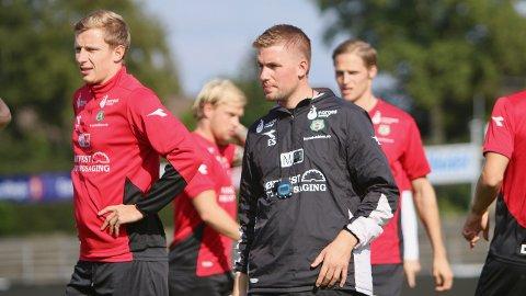 KLAR: Bryne-trener Even Sel sammen med Bjarne Langeland på onsdagens trening. I bakgrunnen er Simen Næss (t.v.) og kaptein Krister Wemberg.