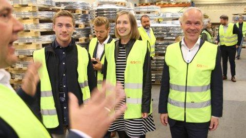 Statsrådane Iselin Nybø (V) (i midten) og Jan Tore Sanner (t.h.) var hos Øglænd System på Øksnavad for å høre om bedriftens satsning på kompetansebygging. Robert Sele (t.v.) er nettopp ferdig med sin master. I bildekanten t.v.: salgsdirektør Jone Kristensen, som selv tok en MBA-grad som 49-åring.