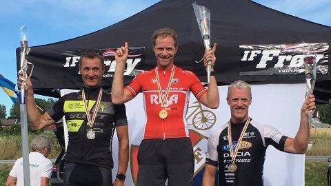 Einar Lode troner øverst på pallen etter seieren på fellesstart i nordisk mesterskap som ble arrangert i helgen.