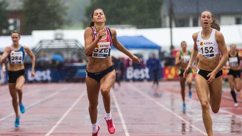 Sara Dorthea Jensen (t.v.) ble så vidt slått av Amalie Iuel på 400 meter-finalen under helgens NM i Byrkjelo.