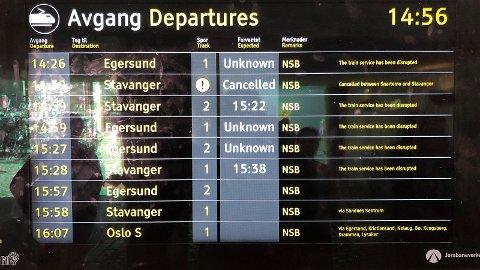 Slik så informasjonsskjermen på Bryne stasjon ut like før klokka 15 onsdag.