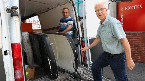 RYDDING: Faysal Alabbu (t.v) og Torstein Sele hjå Fretex på Bryne ryddar vekk ein øydelagt skiboks som nokon har gått i frå utanfor døra til Fretex-butikken.