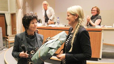 Formannskapssekretær Wigdis Detlie (t.v.) fekk gåve av ordførar Ane Mari Braut Nese. Bak: rådmann Torild Lende Fjermestad (t.v.) og ny formannskapssekretær Marita Teigen Gamlemshaug.