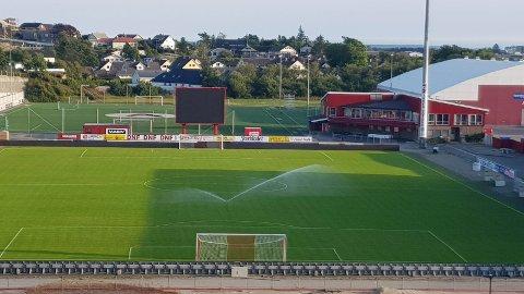 Dette bildet av vatning på Bryne stadion tok nabo Jone Gjerde laurdag kveld. Har Bryne FK fått unntak fra vatningsforbudet? spurte han seg. Svaret er ja, dei får lov til å vatna litt – inntil vidare.