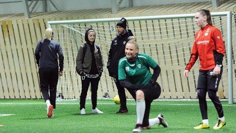 Ina Kristoffersen (nummer fire fra venstre) lånes ut til Amazon Grimstad resten av sesongen.