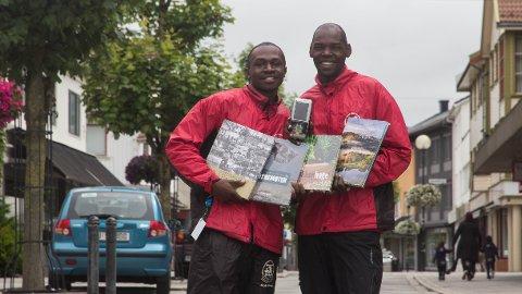 Brian Ngene Mumbere (t.v) og Dan Kakooza skal bli lærere på landsbygda i Uganda.
