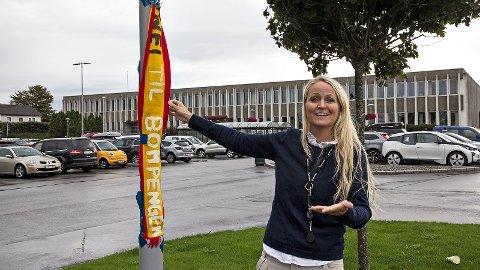 Ved rådhuset i Klepp har bompengemotstandarar hengt opp eit modifisert fotballskjerf med teksten «Nei til bompenger». Det tar Klepp-ordførar Ane Mari Braut Nese med godt humør.
