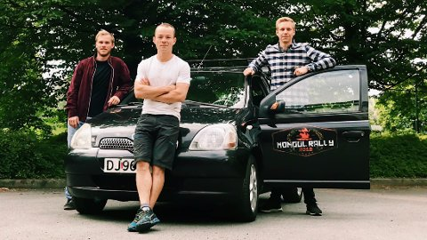Torstein Søreide Skogedal, Ludvig Nielsen, og Sven Hove skal sammen kjøre cirka 16.000 kilometer i denne Toyota Yarisen.
